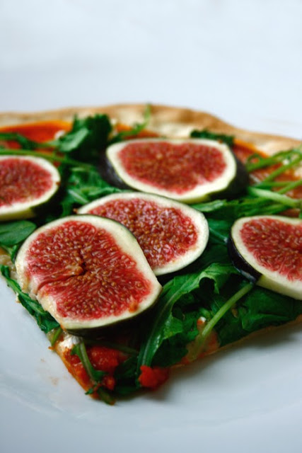 pizza mit feigen rucola und camembert transglobal pan party. Black Bedroom Furniture Sets. Home Design Ideas
