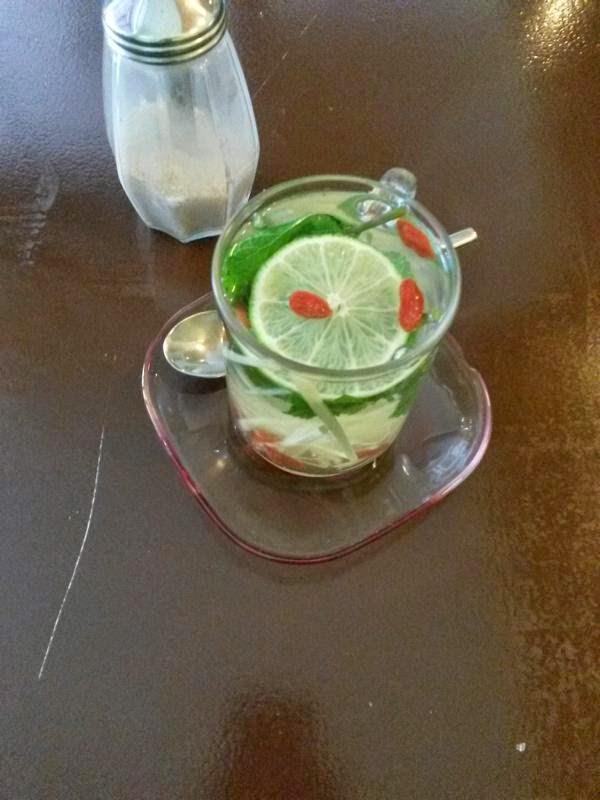 Tee aus Minze, Ingwer, Limette und Goji-Beeren