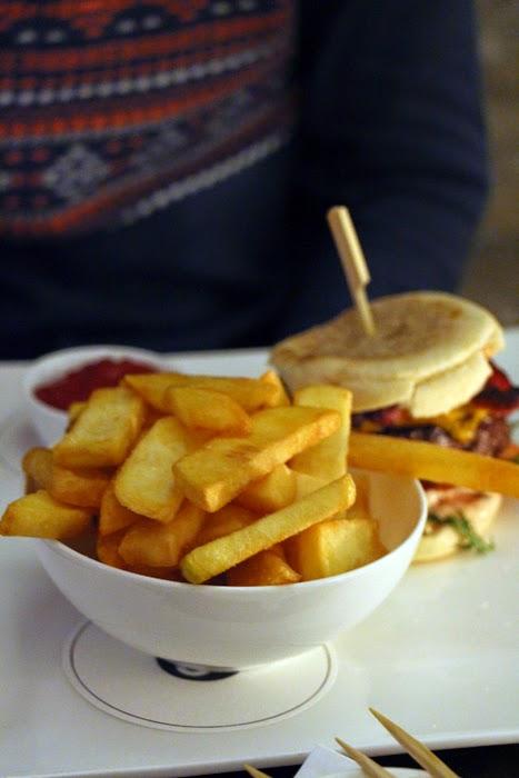 Burger mit Pommes im Cortiina