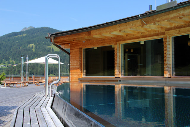 Rooftop Pool Holzhotel Forsthofalm
