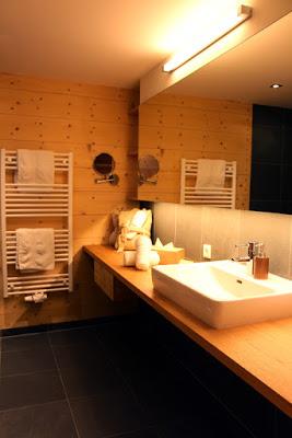 Badezimmer Holzhotel Forsthofalm