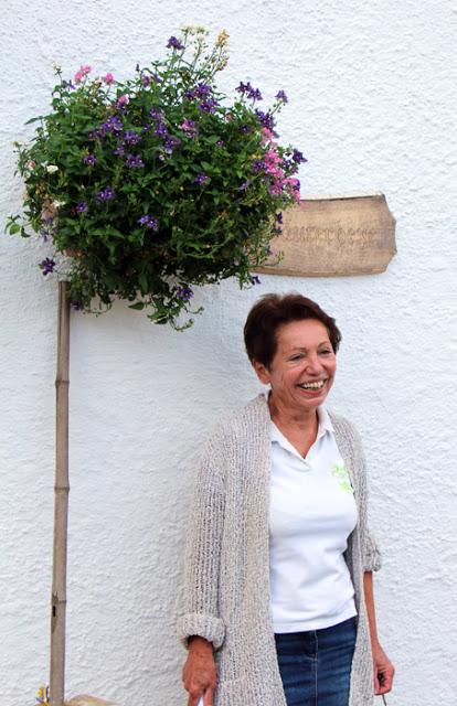 Kräuterhexe Renate vor ihrem Haus