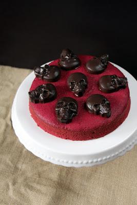 Red Velvet Cake mit Totenköpfen für Halloween