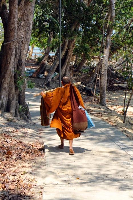 Mönch auf Ko Phayam, Thailand