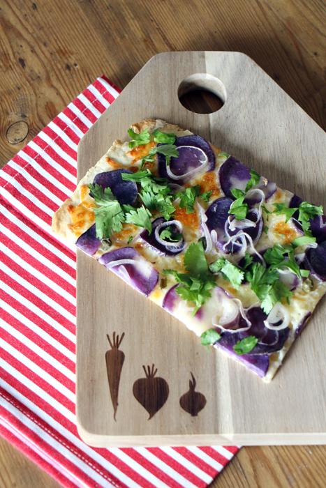 Flammkuchen mit lila Kartoffeln und Koriander
