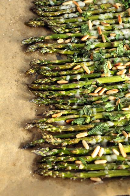 Grüner Spargel aus dem Ofen mit Minze, Parmesan und Pinienkernen