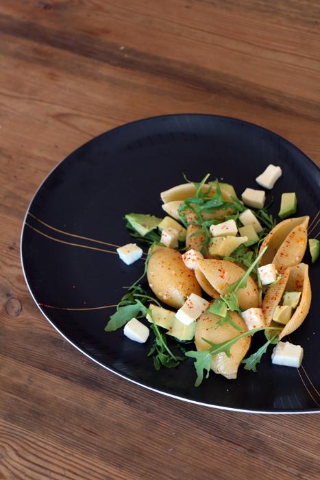 Conchiglioni mit Mozzarella, Avocado, Rucola und Piment d'Espelette