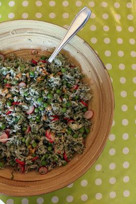Reissalat mit Erbsen, Radieschen und Walnüssen