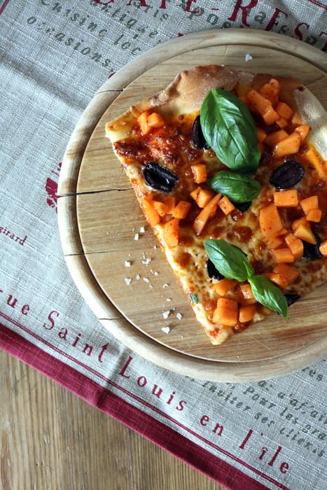 Pizza mit schwarzen Oliven, Basilikum und Melonen-Salsa