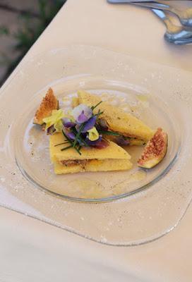 Polenta-Sandwich mit Feigen und Blüten