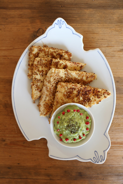Sesam-Tofuecken mit Avocado-Dip