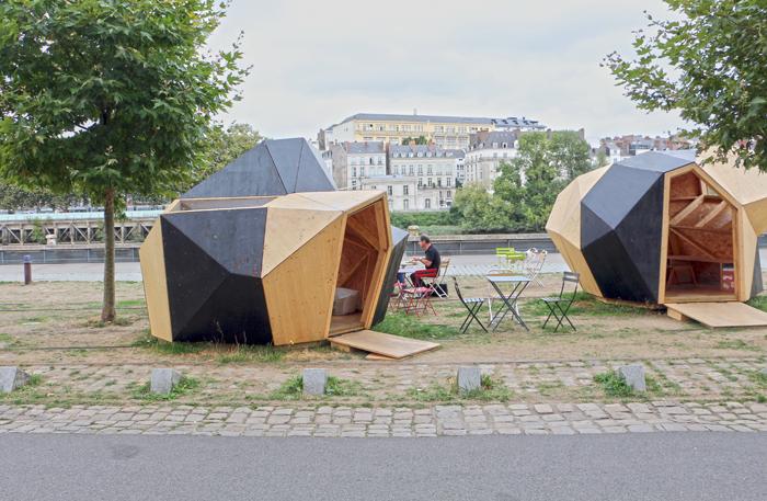 Cafe in Nantes am Flussufer