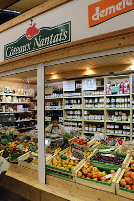 Demeter Obst-Laden im Talensac Markt in Nantes