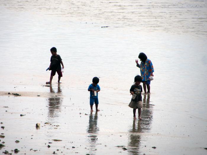 Kinder am Strand in Kinarut, Borneo