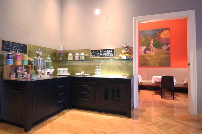 Frühstücksbuffet und Teebar im Roten Salon