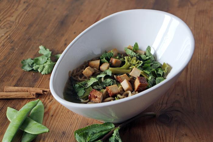 Asiatische Suppe mit Mie-Nudeln