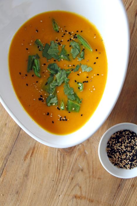 Karotten-Ingwer-Suppe mit Sesam