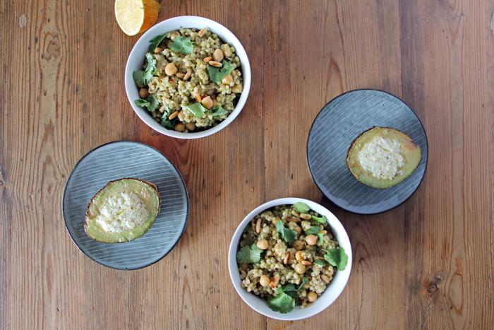 Gebackene Avocado und Perlgraupen-Salat (Mograbieh)