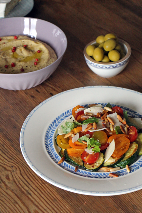 Antipasti Salat, Hummus, Oliven und Baguette