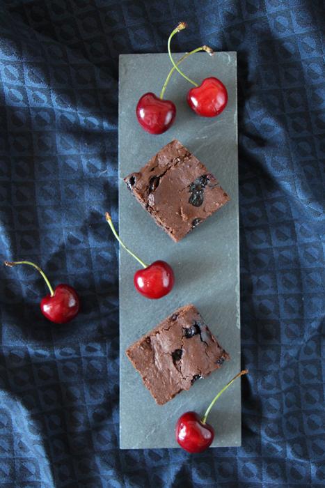 Brownies mit Heidelbeeren und Kirschen
