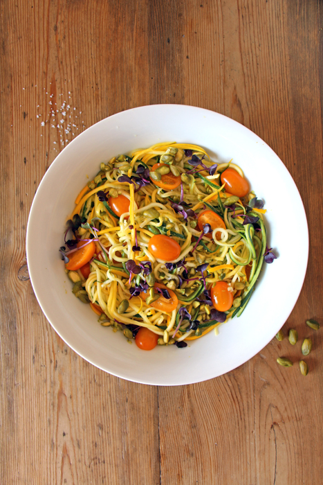 Bunte Zoodles mit Tomaten, Pistazien und Kresse