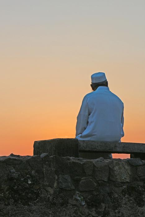 Ein Mann genießt den Sonnenuntergang in Galle Fort