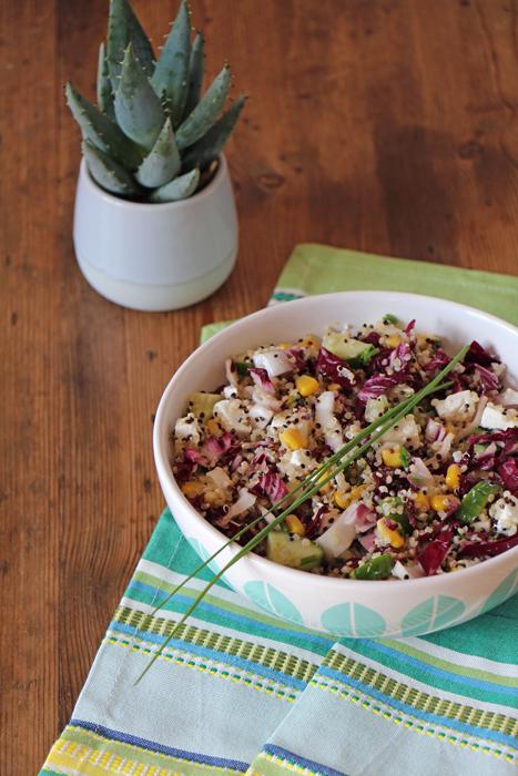 Quinoa-Salat mit Feta, Mais und Radicchio