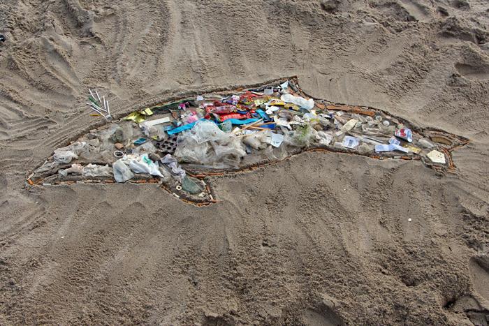 Beach Clean Up Kunstaktion: Schweinswal aus Müll