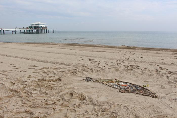 Schweinwal-Kunstaktion am Timmendorfer Strand