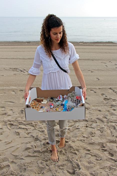 Mia von HeyLilaHey mit unserem gesammelten Müll