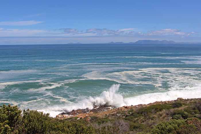 Wellen brechen sich am Strand