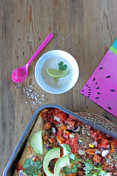 Vegane Enchiladas mit Cashew-Limetten-Sauce und Kürbiskern-Topping