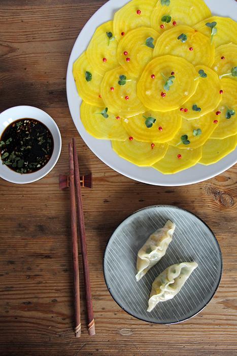 Gelbe Bete Carpaccio mit veganen Gyoza (Teigtaschen)