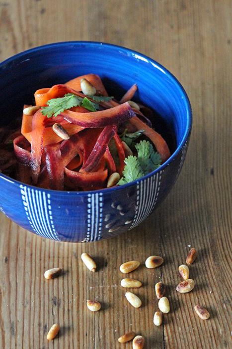Karottensalat mit Pinienkernen