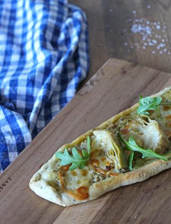 Pizza-Schiffchen mit Artischocken und Scamorza