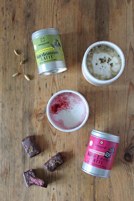 Rote Bete Latte & Kardamom Latte mit veganen Kokos-Riegeln