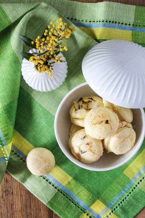 Macarons mit Kähler Vase und Bonbonniere Hammershoi