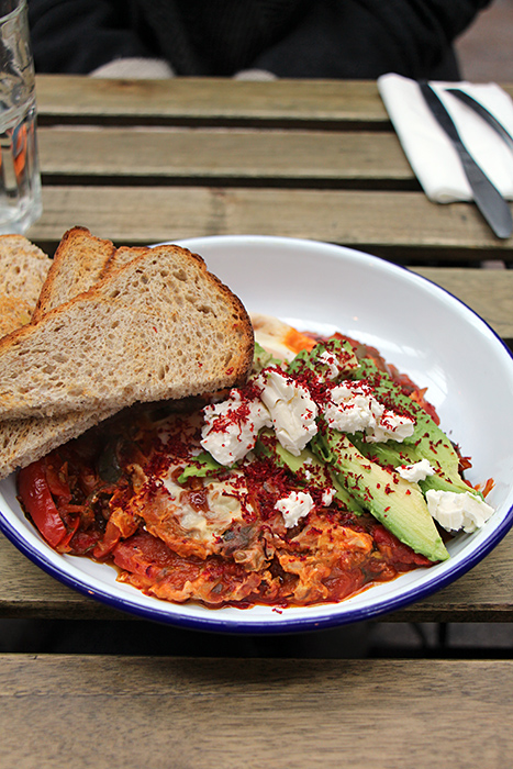 Shakshouka im Burnt Toast Cafe, Brixton Village
