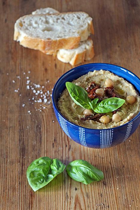 Mediterraner Hummus mit Tomaten und Basilikum