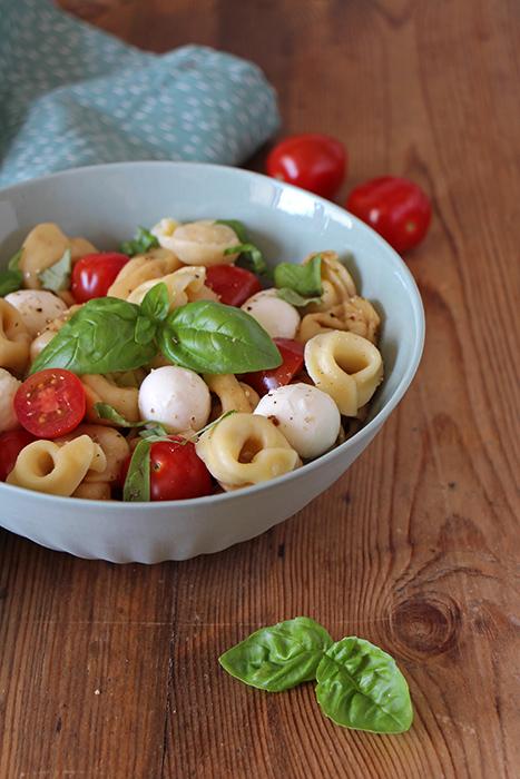 Vegetarische Grillbeilage Tortellini-Salat