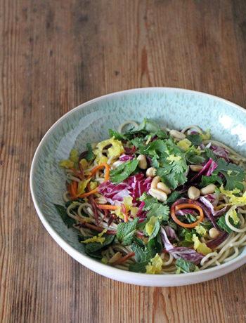 Bunte Asia Nudeln mit fermentiertem Blumenkohl