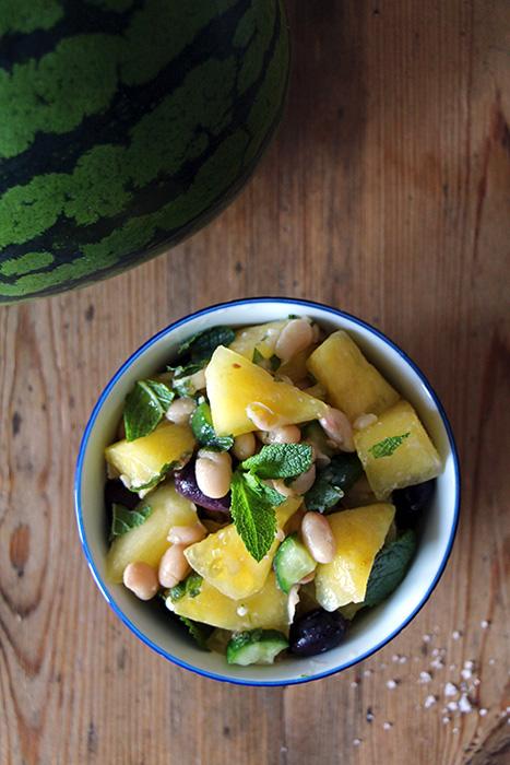 Salat mit gelber Wassermelone. Minze und weißen Bohnen