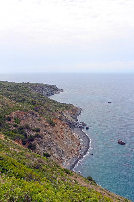 Schwarzer Sandstrand auf Elba