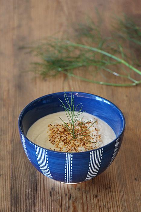 Weisse Bohnen Hummus mit Piment d'Espelette und wildem Fenchel