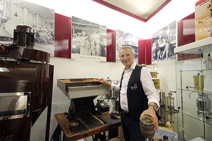 Jens Kirmse in der Kaffeerösterei in Zwiesel