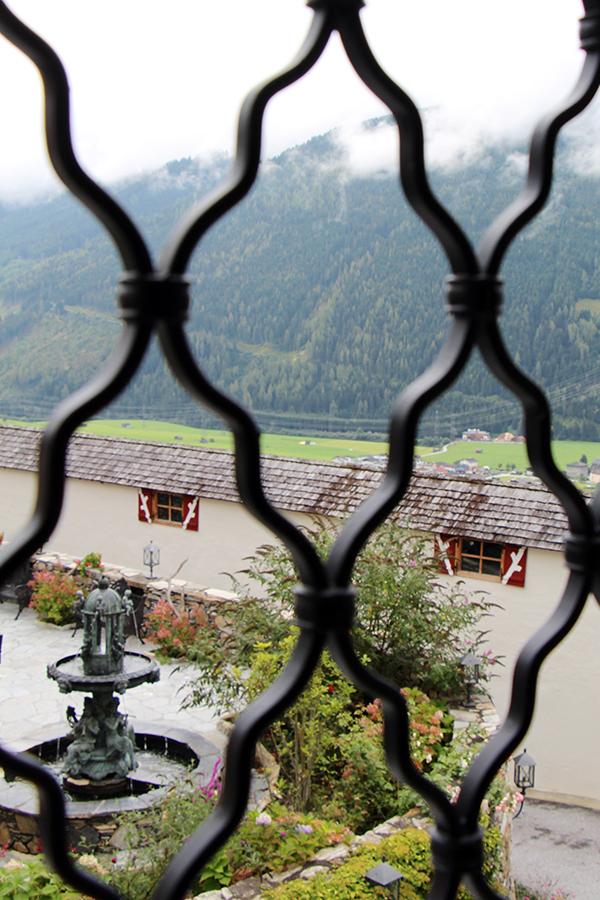 Hofblick aus der Coco Chanel Suite im Schloss Mittersill