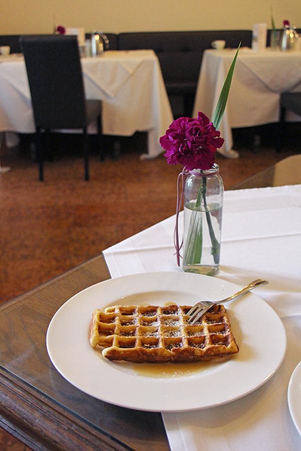 Frisch gebackene Waffeln beim Frühstück auf Schloss Mittersill