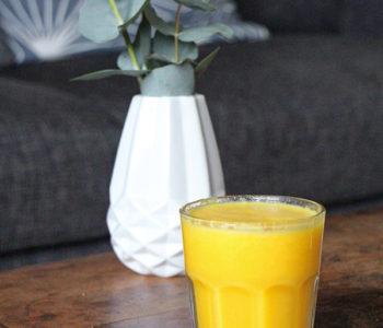 Gesunder und veganer Orangen-Kurkuma-Smoothie