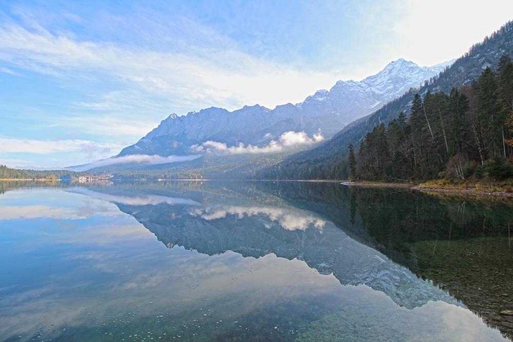 Toter Baumstamm am Südufer des Eibsees, Rundwanderung an der Zugspitze
