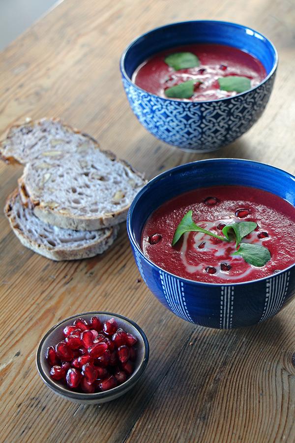 Granatapfel auf Rote-Bete-Suppe mit Kokosmilch